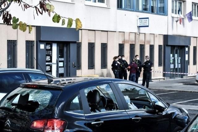 Des véhicules aux vitres brisées garés près de l'entrée du commissariat de police de Champigny-sur-Marne, le 11 octobre 2020.