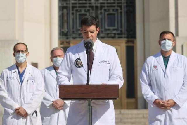 Le médecin de la Maison Blanche Sean Conley lors d'une conférence de presse devant l'hôpital militaire Walter Reed, près de Washington, lundi 5 octobre.