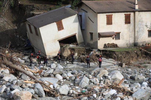 Ce mardi à Saint-Martin-Vésubie, les pompiers procédaient encore à des recherches de victimes./ LP/Olivier Lejeune