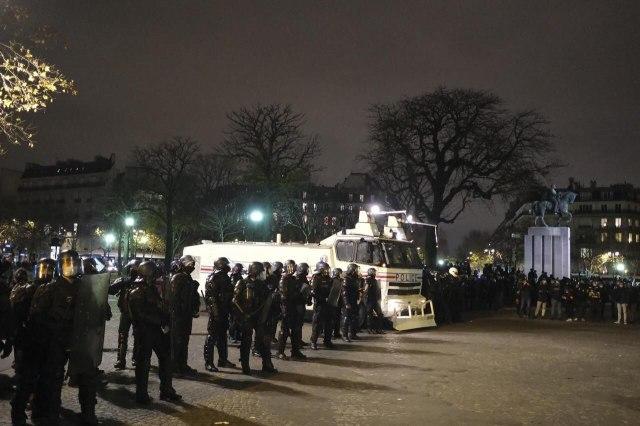 En début de soirée, les manifestants sont poussés vers l'avant de la place, du côté du musée de la Marine/LP/Arnaud Dumontier