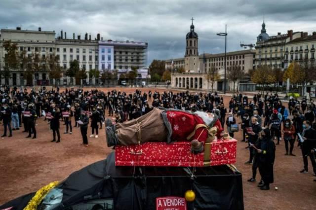 Des commerçants manifestent contre les fermetures obligatoires des magasins, le 16 novembre 2020 à Lyon, en France ( AFP / JEFF PACHOUD )