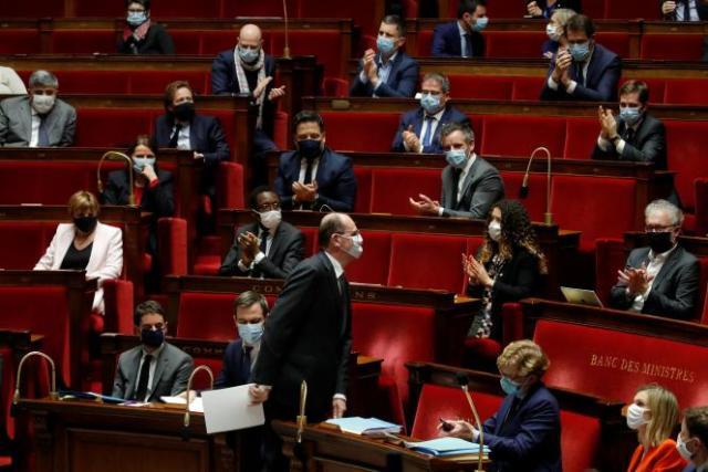 Jean Castex applaudi par une partie des députés de l'Assemblée nationale après avoir annoncé sa stratégie de vaccination, à Paris, le 16 décembre.