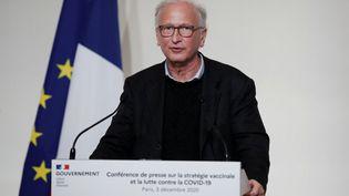 L'immunologiste Alain Fischer lors d'une conférence de presse du gouvernement sur la stratégie de vaccination contre le Covid-19, le 3 décembre 2020, à Paris. (BENOIT TESSIER / AFP)