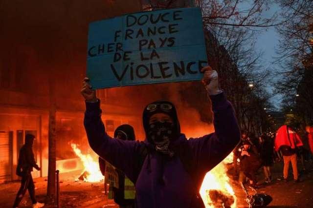 Manifestation pour le retrait de la proposition de loi «sécurité globale», contre le chômage et les licenciements, le 5 décembre, à Paris.