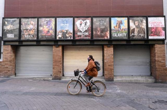 Devant un cinéma aux rideaux baissés, à Montpellier, le 16 novembre.