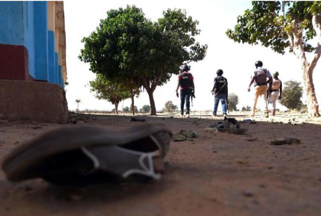 Les forces de l'ordre en patrouille autour du pensionnat de Kankara (Nigeria), le 15 décembre,après l'enlèvement de centaines d'élèves.