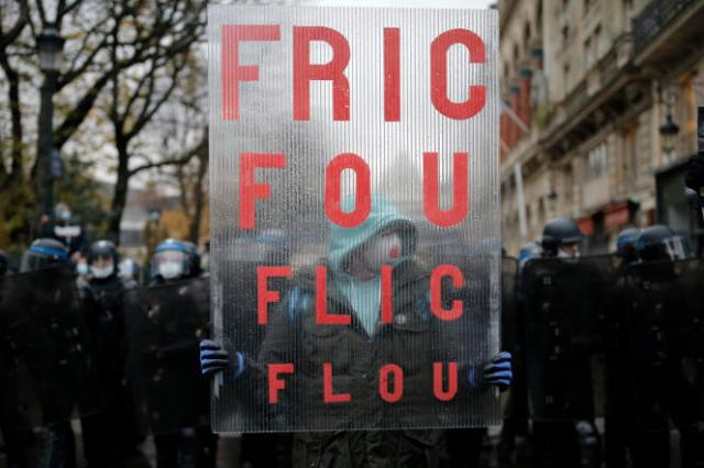 Un manifestant arborant une pancarte, lors de la manifestation contre la proposition de loi sécurité globale et le projet de loi sur les «séparatismes», samedi 12décembre, à Paris.