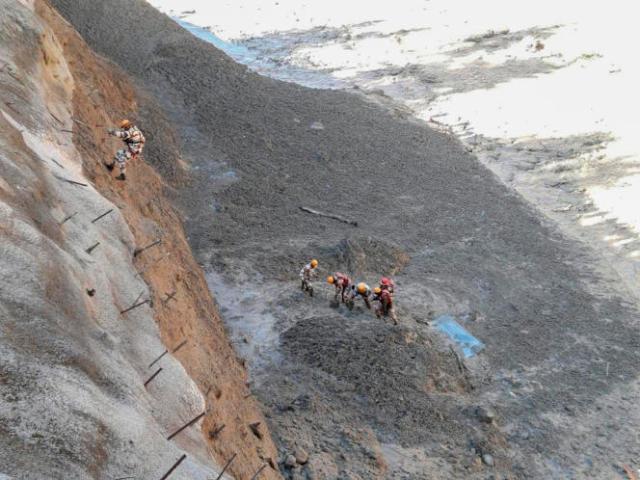 Photo fournie par la police des frontières indo-tibétaine (ITBP) montrant les opérations de sauvetage après la rupture du glacier Nanda Devi, dans le nord de l'Etat d'Uttarakhand, en Inde, dimanche 7 février 2021.