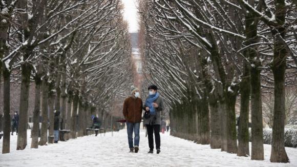 Les allées du Palais Royal enneigées à Paris, le 16 janvier 2021.
