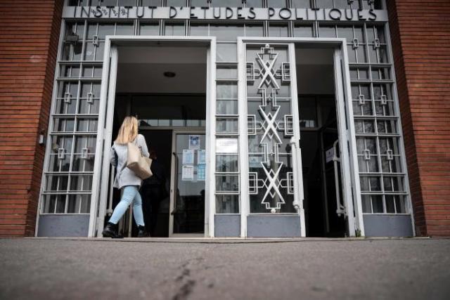 Une femme entre à l'Institut d'études politiques (IEP) de Toulouse. Une enquête préliminaire a été ouverte à la suite d'une plainte pour viol d'une étudiante de l'établissement, le 9 février.