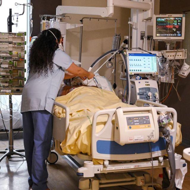 La chambre d'un patient hospitalisé en raison du Covid-19 à l'hôpital Avicenne, à Bobigny (Seine-Saint-Denis), en février 2021. (BERTRAND GUAY / AFP)