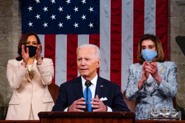 Le président des Etats-Unis, Joe Biden, entouré de sa vice-présidente, Kamala Harris, et de la speaker de la Chambre des représentants, Nancy Pelosi, à Washington, le 29avril 2021.