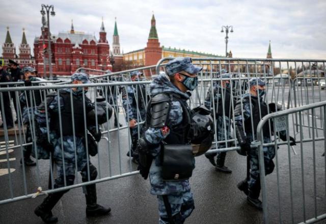 Des policiers antiémeute russes bloquent une rue lors d'un rassemblement de soutien à Alexeï Navalny, critique du Kremlin, à Moscou, le 21avril2021.