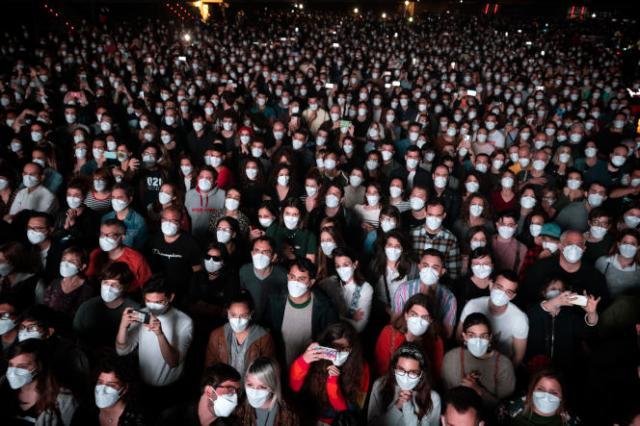 Le public, qui avait été soumis à un test antigénique avant le concert, portait des masques FFP2.