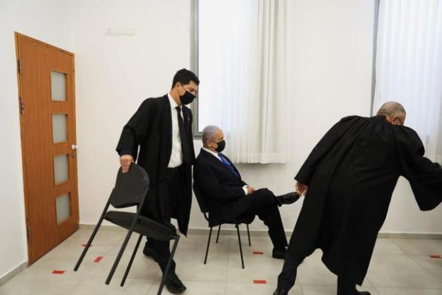 Le premier ministre israélien, Benyamin Nétanyahou, assis avant la reprise de l'audiencede son procès pour corruption, le 5 avril à Jérusalem.