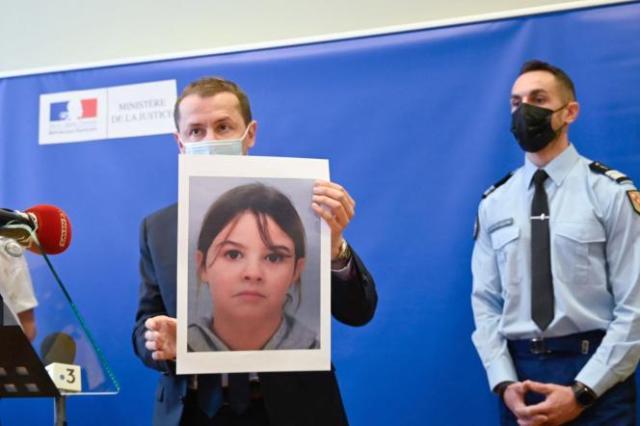 Nicolas Heitz,procureur de la République d'Epinal, tient un portrait de Mia Montemaggi, 8 ans, disparue mardi 13 avril, lors d'une conférence de presse au palais de justice d'Epinal (Vosges), le 14 avril.