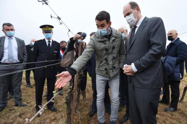 Jean Castex en déplacement dans un vignoble de l'Hérault, samedi 17 avril.