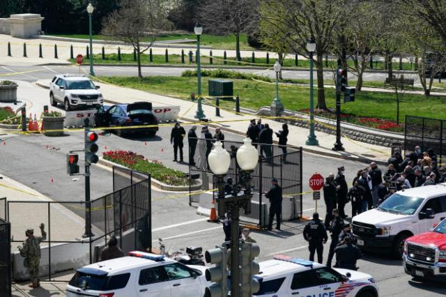 Des officiers de la police du Capitole près de la voiture qui a foncé sur un barrage de contrôle du Sénat, au Capitole, à Washington,DC, le 2avril.