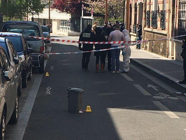 La rue où a eu lieu la fusillade a été bouclée pour permettre à la police de mener son enquête.