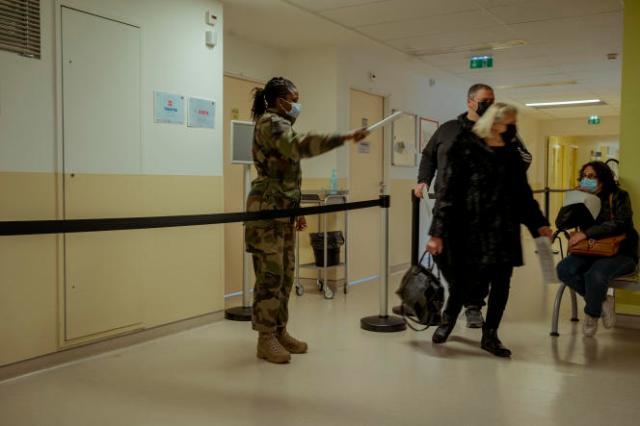 Salle d'attente pour la vaccination à l'hôpital d'instruction des armées Bégin de Saint-Mandé, le 6 avril 2021.