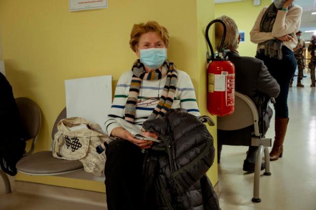 Jacqueline Truzman, 68 ans, vient se faire vacciner à l'hôpital d'instruction des armées Bégin de Saint-Mandé, le 6 avril 2021.Elle espère pouvoir embrasser ses petits-enfants un peu plus chaleureusement que«juste sur le front» d'ici à trois semaines.