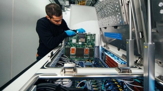 datacenter-liquid-ioannis-manousakis-server-blade-1920x1080-1333x750