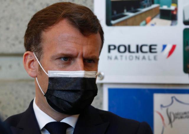 Emmanuel Macron s'est rendu, lundi 19 avril, dans un poste de police de Montpellier.