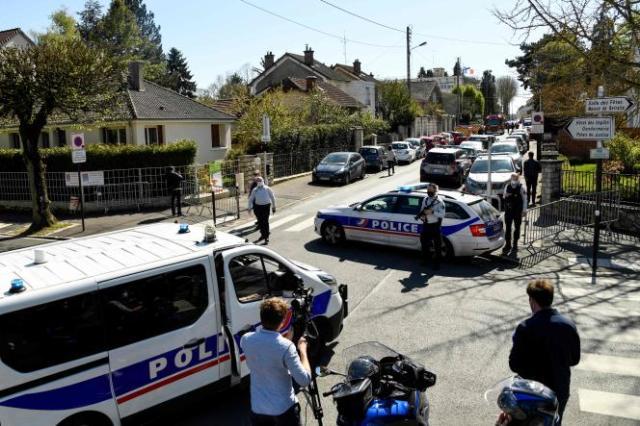 Des policiers bloquent une rue à proximité du commissariat de Rambouillet, où une fonctionnaire de police a été tuée à coups de couteau vendredi 23 avril.