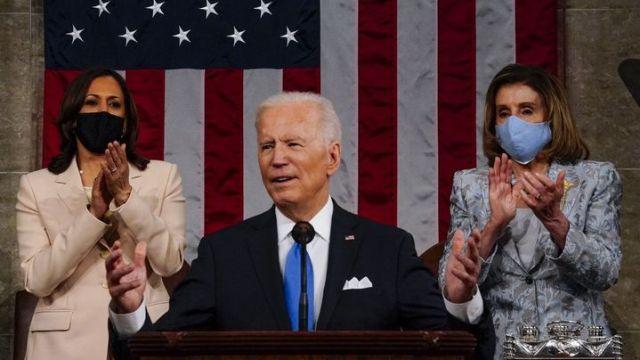 Le président américain Joe Biden, encadré par sa vice-présidente Kamala Harris (à gauche) et laprésidente démocrate de la Chambre des représentantsNancy Pelosi,le 28 avril 2021 à Washington. (POOL / GETTY IMAGES NORTH AMERICA / AFP)