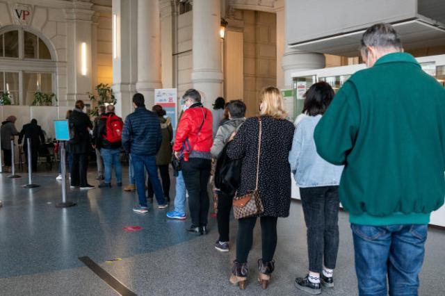 File d'attente pour prendre rendez-vous dans le centre de vaccination de la mairie du 18e arrondissement de Paris, le 11 mai 2021.