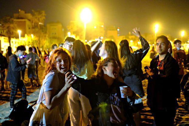 Des jeunes dansent sur la plage à Barcelone, samedi soir. REUTERS/Nacho Doce