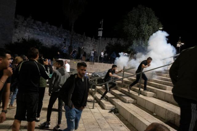 La police israélienne disperse des Palestiniens, à Jérusalem, le 7 mai 2021.