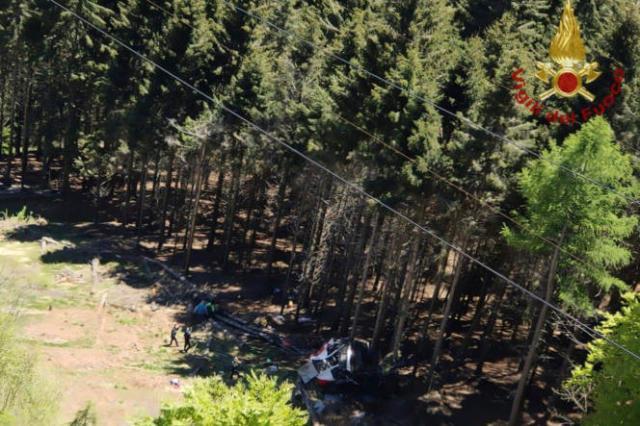 L'épave d'une cabine de téléphérique est vue au sol après son effondrement près du sommet de la ligne Stresa-Mottarone, dans la région du Piémont, le 23mai2021.