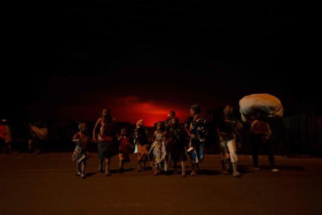 Des habitants de Goma quittent la ville, suite à une soudaine activité du volcanNyiragongo, en République démocratique du Congo, le 22 mai 2021.