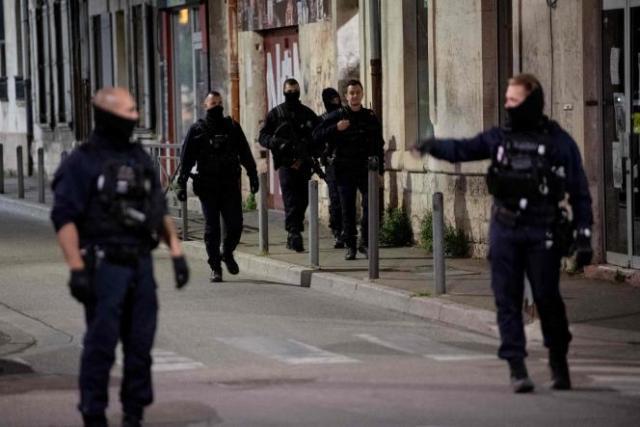 Des policiers sécurisent le lieu où un officier a été tué lors d'une opération antidrogue, à Avignon (Vaucluse), le 5 mai.