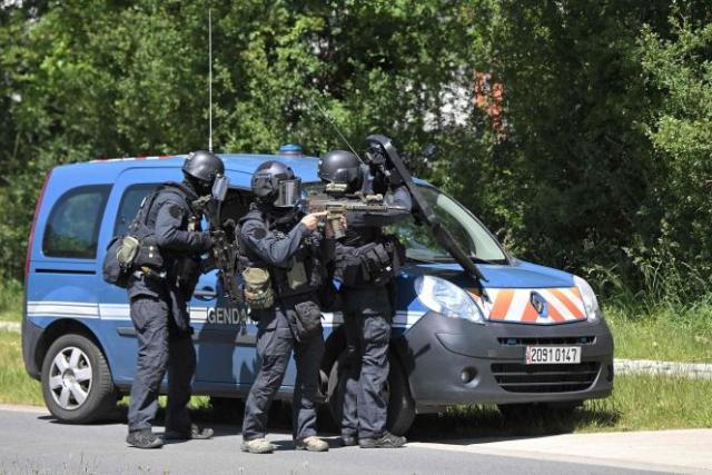 Des officiers du GIGN tentent de retrouver l'homme qui a poignardé une policière, àLa Chapelle-sur-Erdre (Loire-Atlantique), le 28 mai 2021.