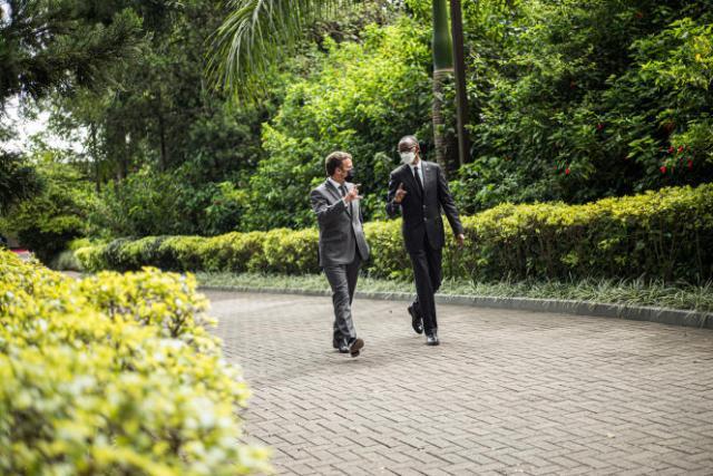 Emmnanuel Macron discute avec le président de la République du Rwanda, Paul Kagame, à l'issue de leur conférence de presse conjointe.