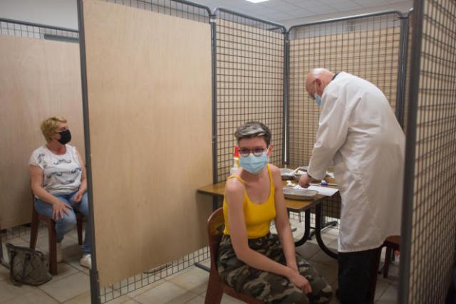 Une jeune habitante de Saint-Sauveur-sur-Tinée (Alpes-Maritimes) se fait vacciner,le 26 mai 2021.