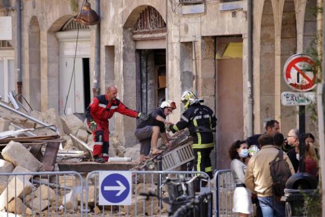 Un habitant est évacué par les pompiers d'un immeuble qui s'est effondré à Bordeaux, le 21 juin 2021.
