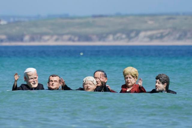 Des militants protestent contre l'inaction des chefs d'Etat et de gouvernement face au réchauffement climatique, à l'occasion du G7, à StIves, le 13juin2021.