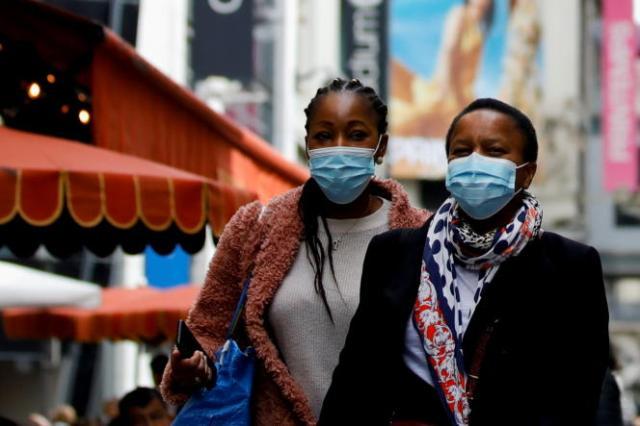 Des passantes portent un masque dans les rues de Paris, en mai 2021.