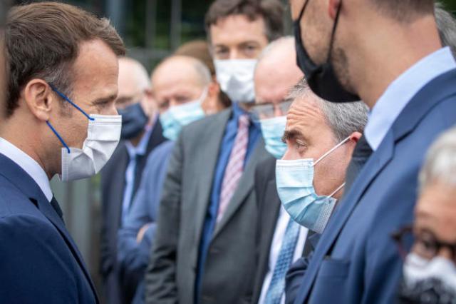 Le président de la République, Emmanuel Macron, et le président de la région Hauts-de-France, Xavier Bertrand, en visite à l'usine Renault de Douai (Nord), lundi 28 juin 2021.