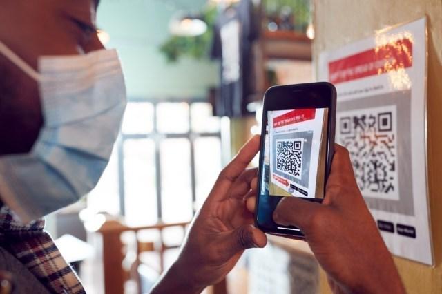 A partir du 9 juin, les cahiers de rappel seront obligatoires dans certains lieux publics, comme les bars et les restaurants. Ils devront ainsi afficher un QR Code à leur entrée, que les clients pourront scanner avec l'application TousAntiCovid.