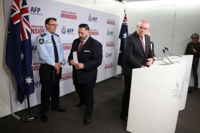 Anthony Russo (FBI) et Scott Morrison (premier ministre australien) annonçant le résultat de l'opération «Ironside» à Sydney, le 8 juin 2021.