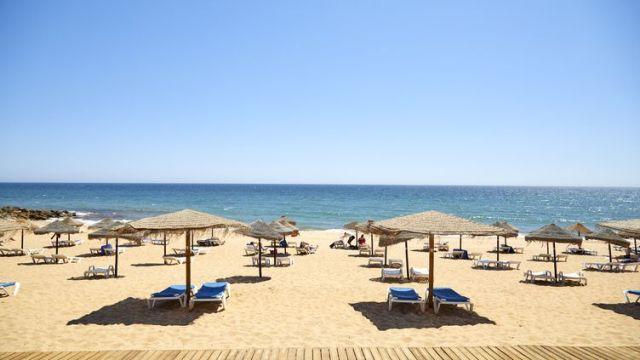 La plage de Quarteira (Portugal), le 29 juin 2021. (VASCO CELIO / DPA / AFP)