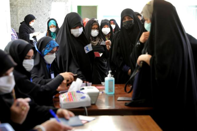 Des femmes s'inscrivent pour voter à l'élection présidentielle dans un bureau de vote à Téhéran, le 18 juin 2021.
