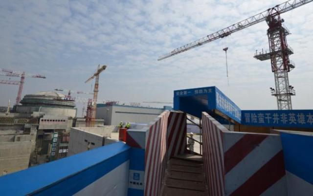Travaux de construction de l'EPR de Taishan, en Chine, lors de la visite du premier ministre français, Jean-Marc Ayrault, le 8 décembre 2013.