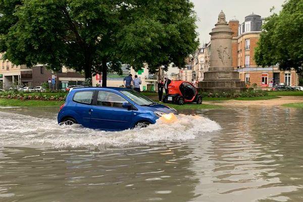 La circulation très dangereuse sous 40cm d'eau au rond point Cérès au centre de Reims.
