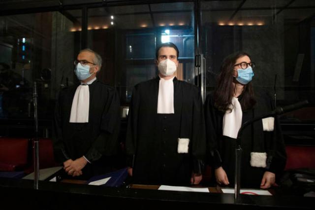Le 26 mai 2021, les avocats d'AstraZeneca, Hakim Boularbah (à gauche) et Clemence Van Muylder (à droite), attendent une audience, au cours du procès contre la Commission européenne, à Bruxelles.