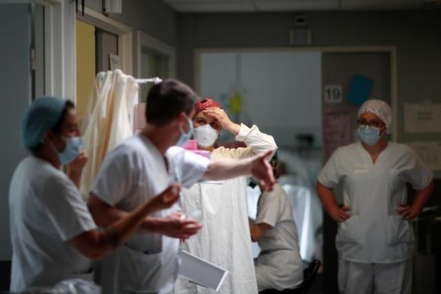 Le docteur Alexandre Avenel en discussion avec Lidie, une interne dans le service de réanimationde l'hôpital Robert Ballanger,à Aulnay-sous-Bois, le 30 avril 2020.